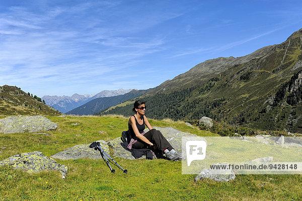 Frau ruht sich nach Bergwanderung aus  Fotschertal mit Blick auf die Nordkette  Tirol  Österreich