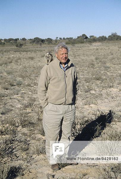 Sir David Attenborough mit Erdmännchen auf der Schulter  Filmarbeiten für BBC-Serie Life of Mammals  Kalahari  Provinz Nordkap  Südafrika