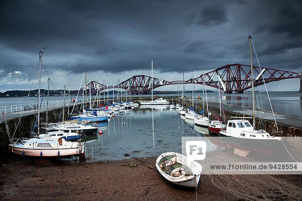 Der Hafen von Queensferry mit Forth Railway Bridge  Schottland  Großbritannien  Europa