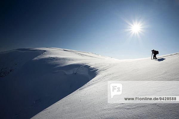 Fotograf an einer Schneewechte in den Alpen  Toggeburg  Churfirsten  Schweiz  Europa