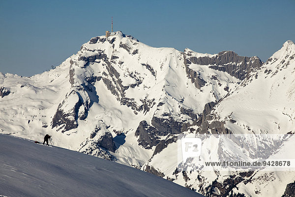 Fotograf bei Fotografieren in den Schweizer Alpen  hinten der Säntis vom Alpstein  Schweiz  Europa