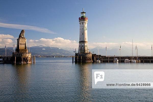 Hafen von Lindau mit Leuchtturm und Löwen im Herbst  Deutschland  Europa