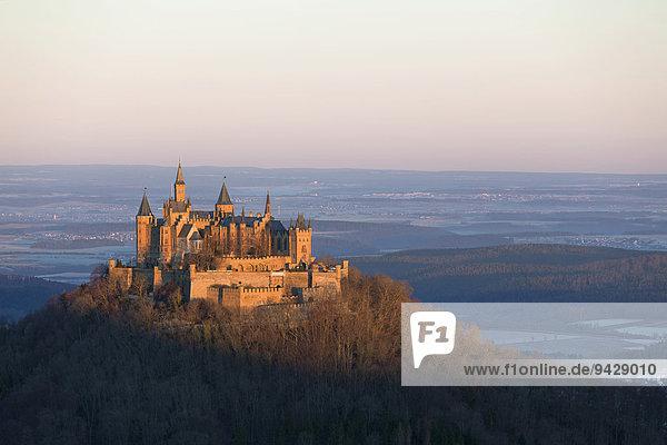 Morgenstimmung an der Burg Hohenzollern vom Zeller Horn aus  Schwäbische Alb bei Hechingen  Baden-Württemberg  Deutschland  Europa