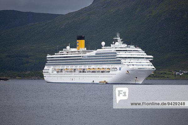 Kreuzfahrtschiff Costa Magica vor Anker auf den Lofoten  Norwegen  Skandinavien  Europa