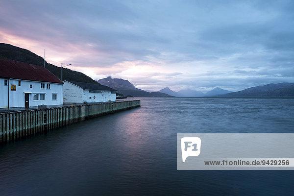 Hafen von Lodingen um Mitternacht bei leichtem Regen auf den Lofoten  Norwegen  Skandinavien  Europa  ÖffentlicherGrund