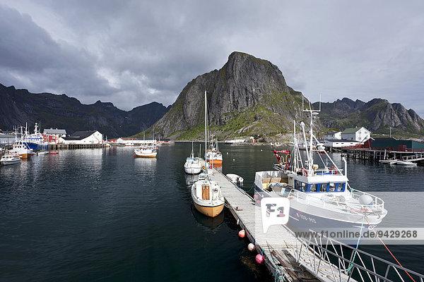 Hafen mit Schiffen in Reine auf den Lofoten  Norwegen  Skandinavien  Europa  ÖffentlicherGrund