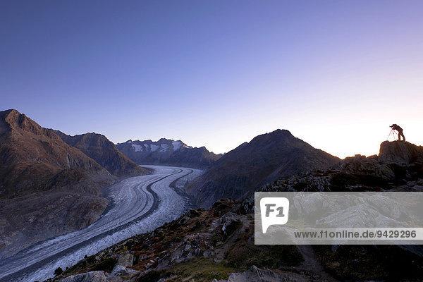 Fotograf fotografiert den Aletschgletscher im ersten Morgenlicht  Moosfluh  Riederalp  Wallis  Schweiz  Europa