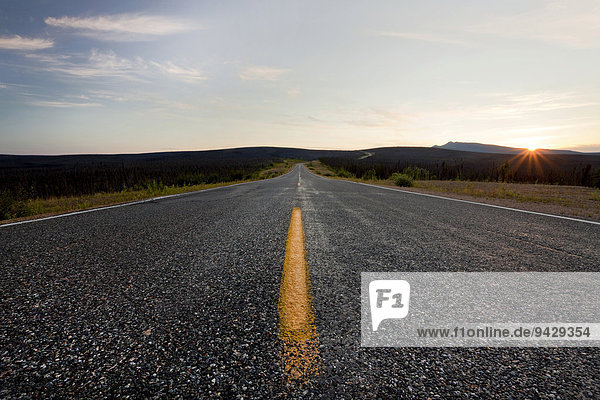 Sonnenaufgang am Taylor Highway in Alaska  USA  Nordamerika