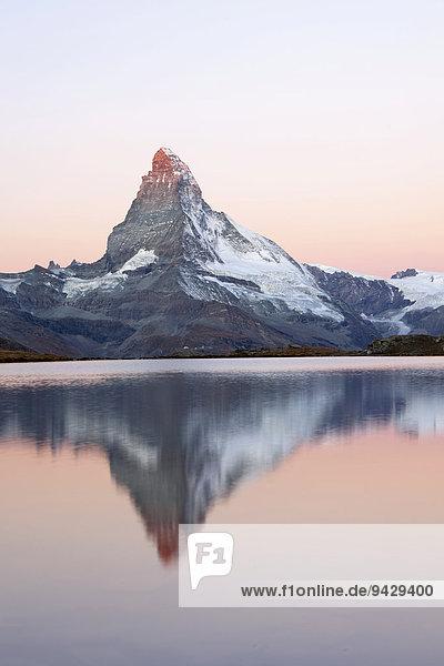 Morgenstimmung am Stellisee mit Blick zum Matterhorn  Zermatt  Wallis  Schweizer Alpen  Schweiz  Europa  ÖffentlicherGrund