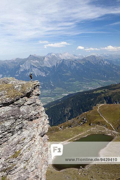 Frau mit Fernsicht am Baschalvasee an der Fünf-Seen-Tour am Pizol  Bad Ragaz  Heidiland  Schweizer Alpen  Schweiz  Europa  ÖffentlicherGrund