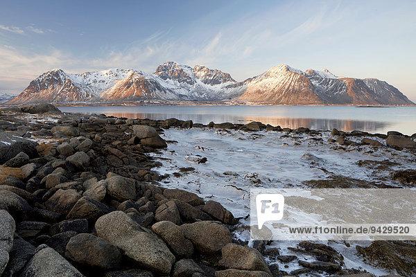 Eis und Bergen auf den Lofoten im Winterlicht  Norwegen  Europa