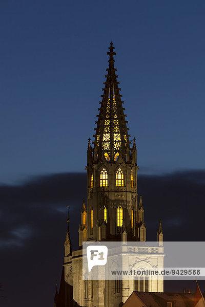 Das Konstanzer Münster zur blauen Stunde mit Beleuchtung. Konstanz  Baden-Württemberg  Deutschland  Europa  ÖffentlicherGrund