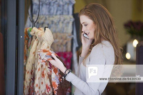 Frau auf dem Smartphone Einkaufen für Schal