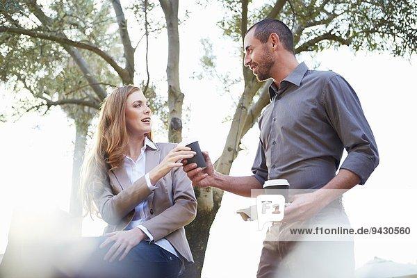 Geschäftsmann und Geschäftsfrau beim Kaffeetrinken