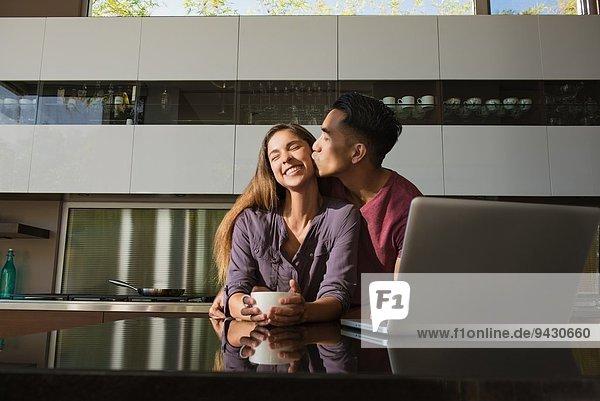 Geliebtes Paar im Esszimmer beim Kaffeetrinken