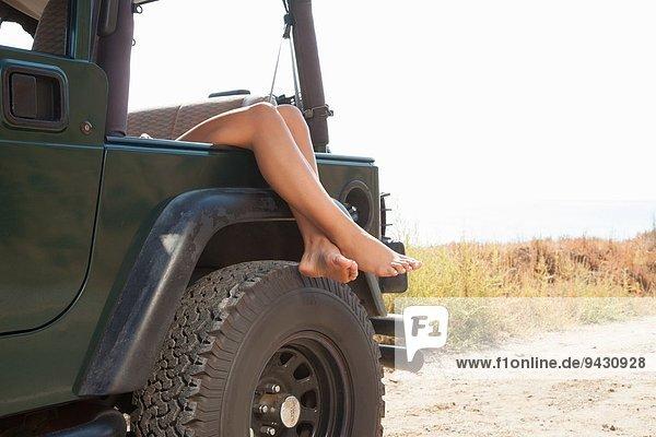 Beine der jungen Frau über dem Jeepfenster  Malibu  Kalifornien  USA