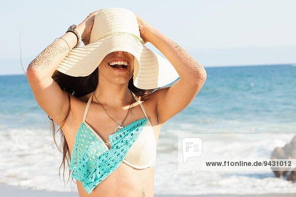 Junge Frau mit Sonnenhut am Strand  Malibu  Kalifornien  USA