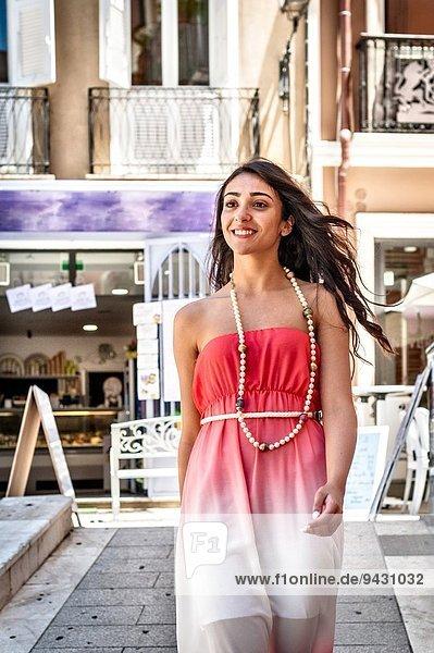 Modische junge Frau auf der Straße  Cagliari  Sardinien  Italien