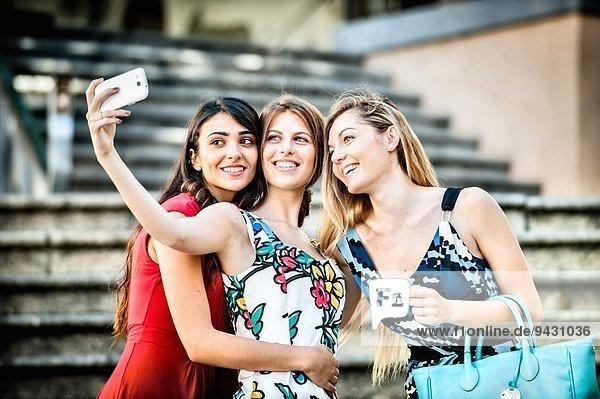 Drei modische junge Frauen auf der Treppe  Cagliari  Sardinien  Italien