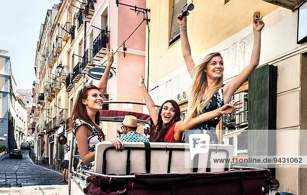 Drei junge Frauen im offenen Rücksitz des italienischen Taxis  Cagliari  Sardinien  Italien
