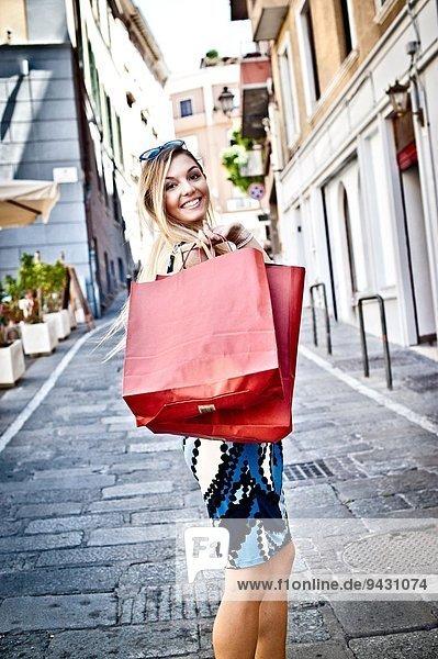 Porträt der modischen jungen Frau beim Einkaufen  Cagliari  Sardinien  Italien