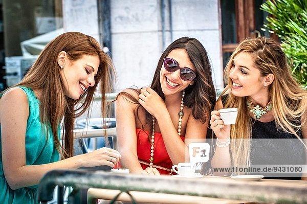 Drei junge Freundinnen trinken Espresso im Straßencafé  Cagliari  Sardinien  Italien