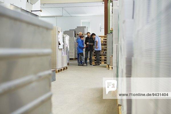 Fabrikarbeiter mit Supervisor