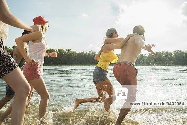 Gruppe von Freunden  die im See laufen