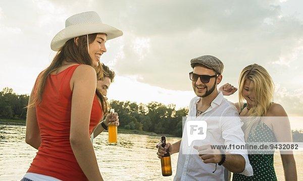Gruppe von Freunden mit Bier