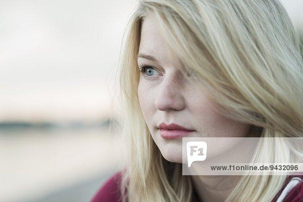 Junge Frau mit blonden Haaren  Portrait