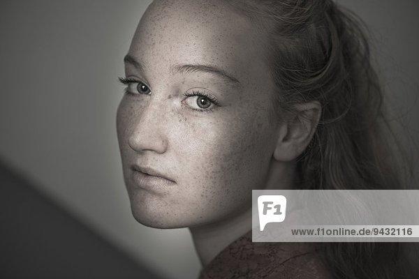 Porträt einer jungen Frau mit Sommersprossen