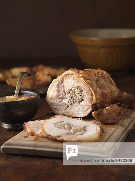 Weihnachtsessen. Gebratene Schweinelende mit Schweine- und Apfelfüllung und Bratkartoffeln