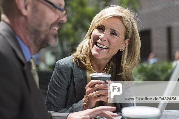 Geschäftskollegen in der Kaffeepause