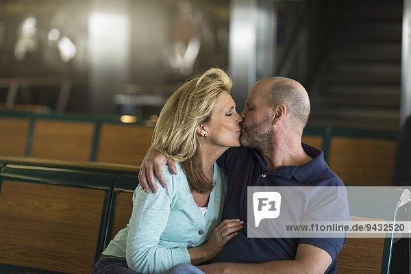 Reife Paare beim Küssen in der Passagierfähre