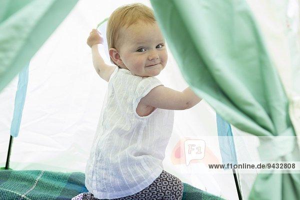 Kleines Mädchen spielt im Zelt