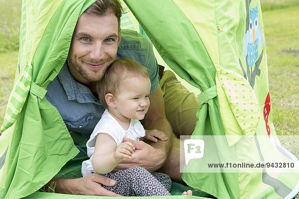 Vater mit Tochter im Zelt