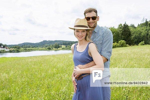 Mittleres erwachsenes Paar im Feld  Portrait