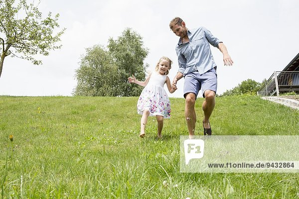 Vater und Tochter laufen bergab