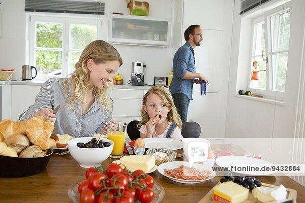 Mutter und Tochter beim Essen am Küchentisch