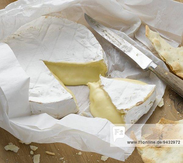 Brie in Papier eingewickelt