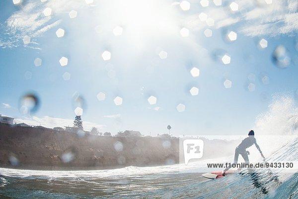 Mittlerer Erwachsener männlicher Surfer  der sich in die Welle lehnt  Leucadia  Kalifornien  USA