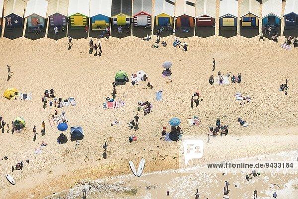 Luftaufnahme von Urlaubern und Strandhütten am Brighton Beach  Melbourne  Victoria  Australien