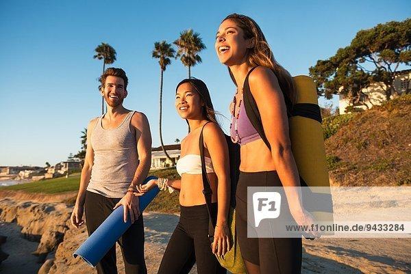 Yogis erreichen den Strand von Windansea  La Jolla  Kalifornien