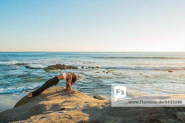 Umgekehrte Plankenhaltung,  Strand von Windansea,  La Jolla,  Kalifornien