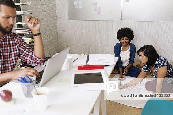 Menschen  die in kleinen Unternehmen arbeiten  Start-ups