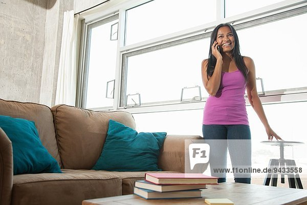 Frau auf dem Smartphone zu Hause