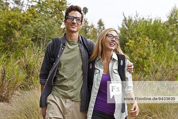 Paar genießt Spaziergang im Wald