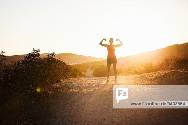Weibliche Joggerin bei Sonnenlicht  Poway  CA  USA