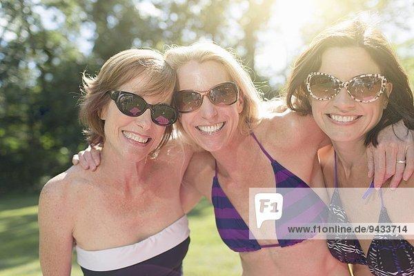 Porträt von drei reifen Frauen in Badebekleidung