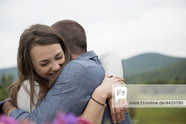 Paar umarmend  im Freien